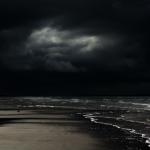 浜辺で花火をする小学生。海に浮かぶ死体